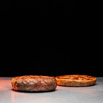 Vue de face délicieux arrangement de hamburgers