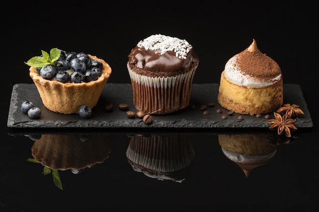 Vue de face d'un délicieux assortiment de desserts