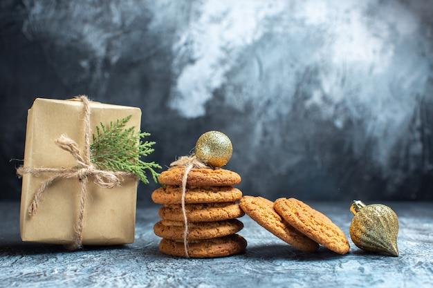 Vue de face de délicieux biscuits sur fond clair