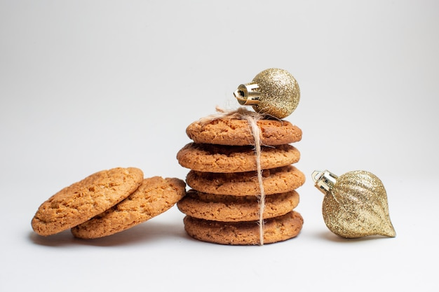 Vue de face de délicieux biscuits sucrés sur biscuit blanc dessert thé photo gâteau sucre