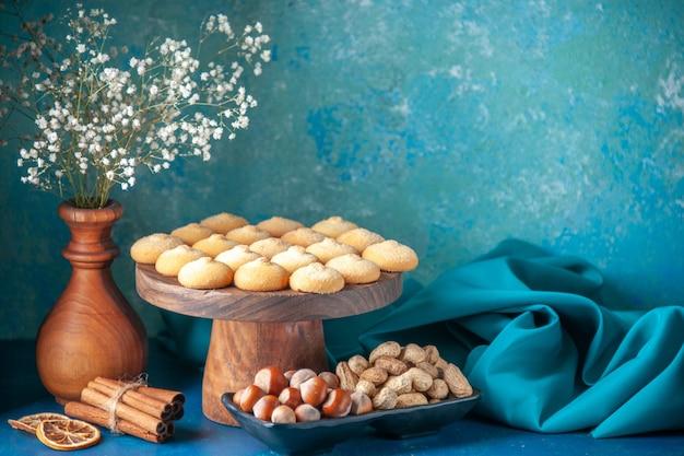 Vue de face de délicieux biscuits sucrés sur un biscuit de gâteau au thé à la pâte à dessert sucré bleu