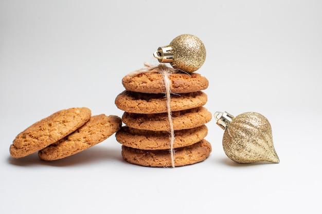 Vue de face de délicieux biscuits sucrés sur des biscuits blancs dessert thé photo sucre