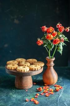 Vue de face de délicieux biscuits sucrés sur une surface sombre