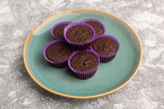 Vue de face de délicieux brownies au chocolat à l'intérieur de la plaque verte sur la surface claire