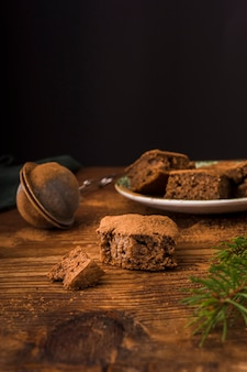 Vue de face de délicieux brownies au chocolat