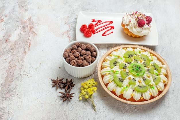 Vue de face délicieux dessert à la crème avec des kiwis sur un dessert à la crème de gâteau de bureau blanc