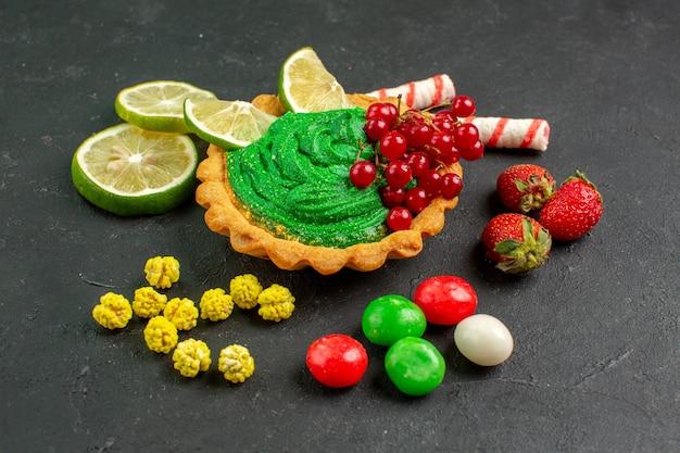 Vue de face délicieux gâteau crémeux aux fruits