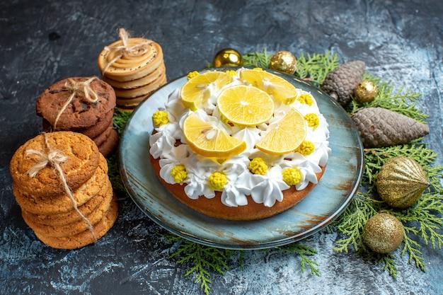 Vue de face délicieux gâteau crémeux avec des biscuits