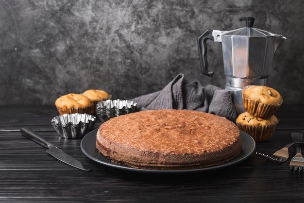 Vue de face délicieux gâteau sur une plaque
