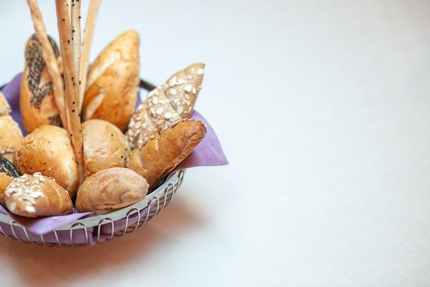Vue de face de délicieux gâteaux sucrés à l'intérieur de la plaque sur le fond clair cuire au sucre biscuit pâte à biscuits thé bonbons sucrés