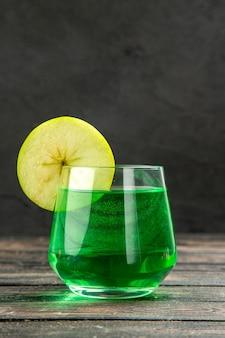 Vue de face d'un délicieux jus naturel frais dans un verre sur fond noir
