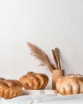 Vue de face délicieux pain sucré fait maison