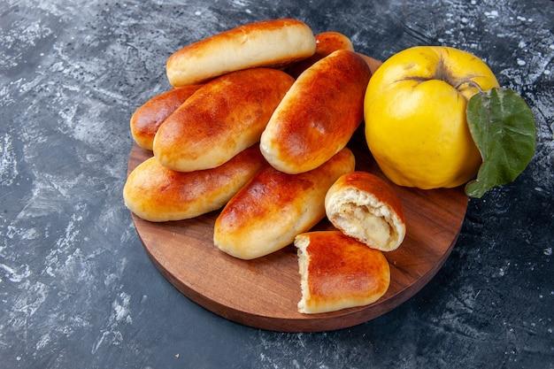 Vue de face de délicieux petits pains cuits au four avec des coings