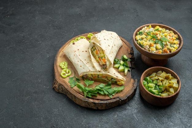 Vue de face d'un délicieux sandwich à la salade de shaurma en tranches sur une surface grise, une salade de burger sandwich au pain pita