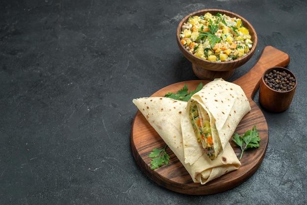 Vue de face délicieux shaurma en tranches avec salade mayyonaise sur surface grise salade burger sandwich repas collation alimentaire