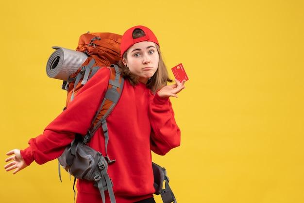 Vue de face demandée randonneur avec sac à dos tenant la carte de crédit