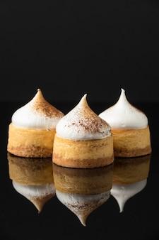 Vue de face des desserts avec du cacao en poudre et de l'espace de copie