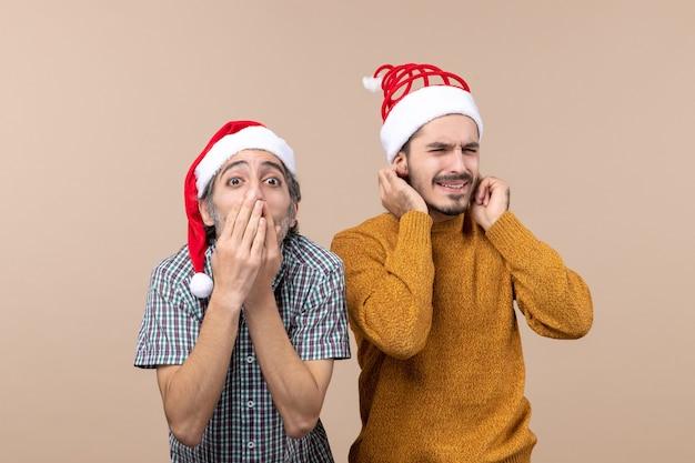 Vue de face deux hommes l'un mettant les mains à sa bouche l'autre couvrant ses oreilles sur fond isolé