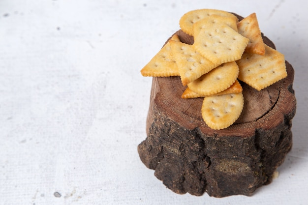 Vue de face de différentes chips sur le bois et la surface légère