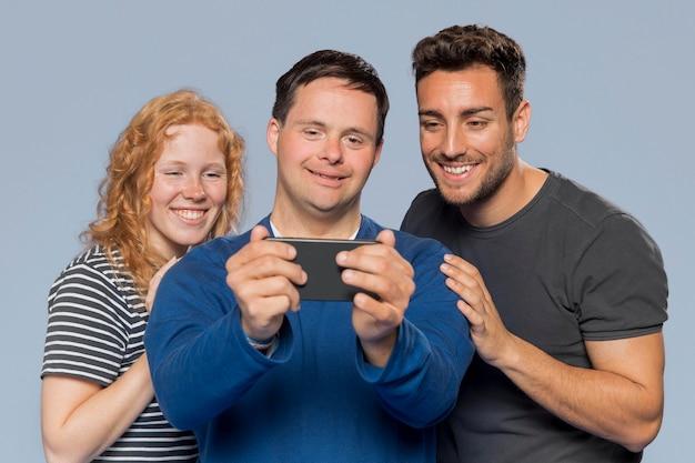 Vue de face différentes personnes prenant un selfie