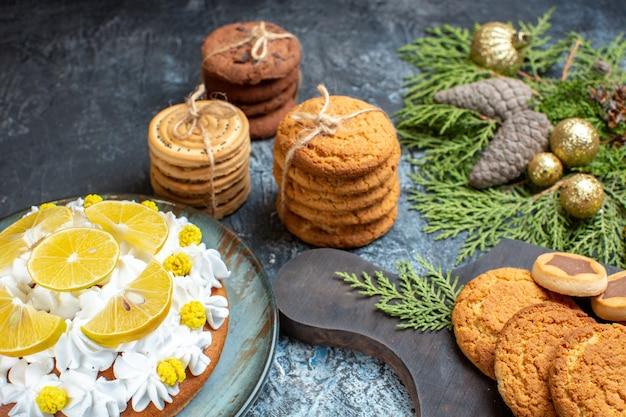 Vue de face différents délicieux biscuits avec gâteau sur la surface claire-foncée