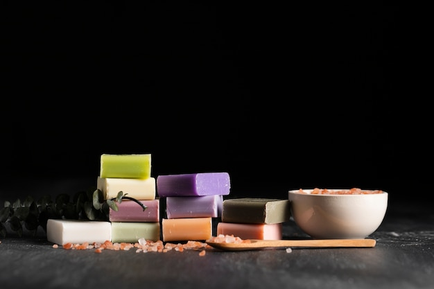 Vue de face différents types de savon fait maison