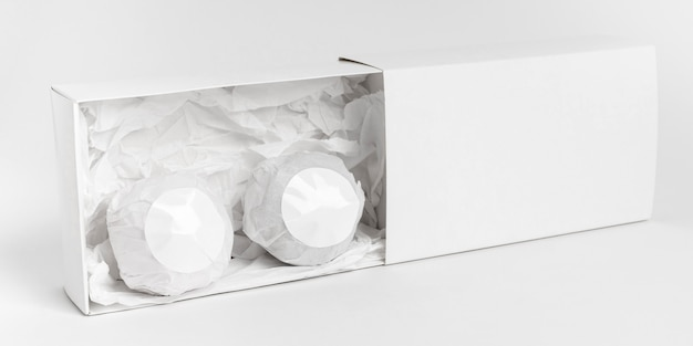 Vue de face de la disposition des bombes de bain sur fond blanc