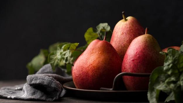 Vue de face de la disposition de délicieuses poires