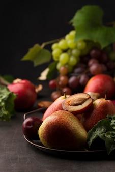 Vue de face de la disposition de délicieux fruits