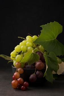 Vue de face de la disposition de délicieux raisins