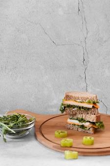 Vue de face de la disposition de délicieux sandwichs avec espace copie