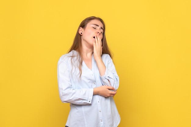 Vue de face du bâillement de la jeune femme