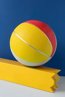 Vue de face du basket-ball coloré