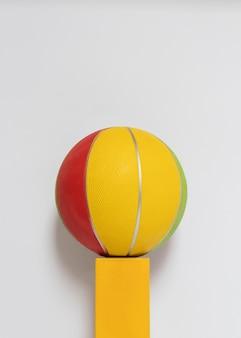 Vue de face du basket-ball sur piédestal avec espace copie