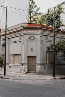 Vue de face du bâtiment d'angle dans la ville