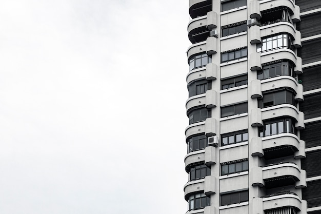 Vue de face du bâtiment en béton dans la ville avec espace copie