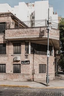 Vue de face du bâtiment dans la ville