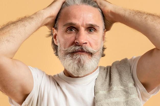 Vue de face du bel homme aîné barbu