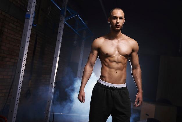 Vue de face du bodybuilder motivé