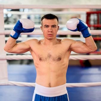 Vue de face du boxeur masculin