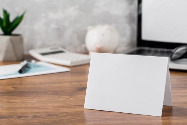 Vue de face du bureau avec du papier vierge