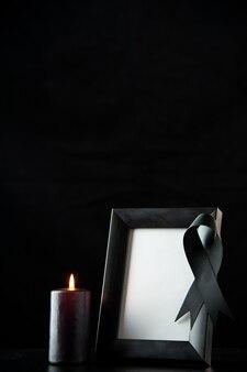 Vue de face du cadre photo avec un arc noir sur dark