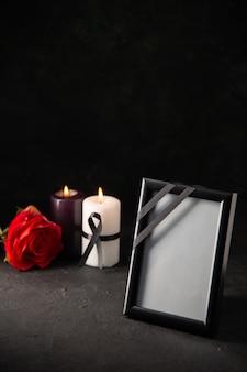 Vue de face du cadre photo avec des bougies sur fond noir