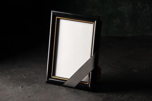 Vue de face du cadre photo sur dark