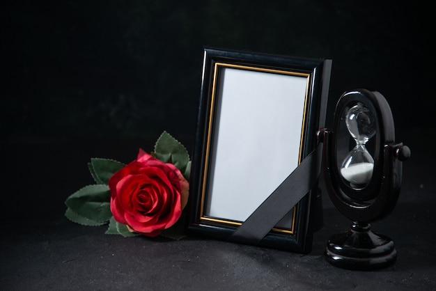 Vue de face du cadre photo avec fleur sur fond noir