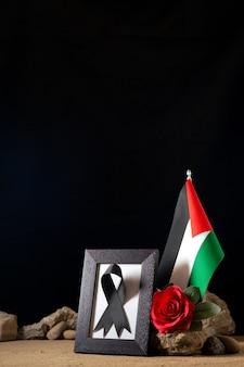 Vue de face du cadre photo avec fleur rouge et noir. arc sur noir
