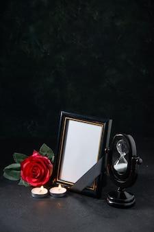 Vue de face du cadre photo avec fleur rouge sur le noir