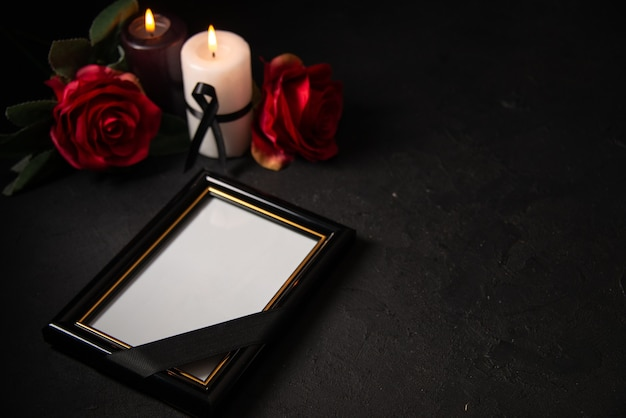 Vue de face du cadre photo avec des fleurs rouges sur le noir