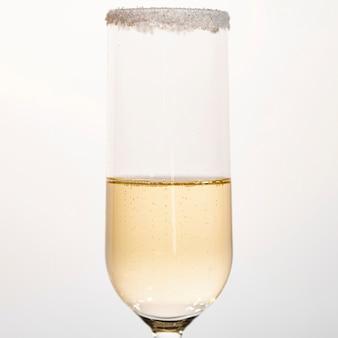 Vue de face avec du champagne à moitié rempli