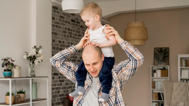 Vue de face du charmant père et enfant